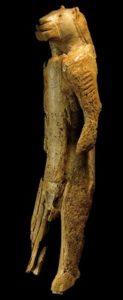 Sculptură în fildeş de mamut, cea mai veche reprezentare a unui om leu, Muzeul Ulm, Germania