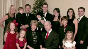 Isaac Hunter, stânga, cu soția și copiii. Imaginea unei familii creștine fericite este spulberată de sinuciderea sa.