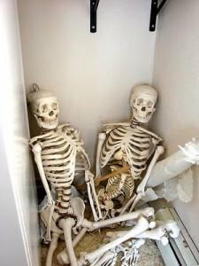 """Dumnezeu spune: """"Stop!"""" El deschide șifonierul, iar scheletele cad."""