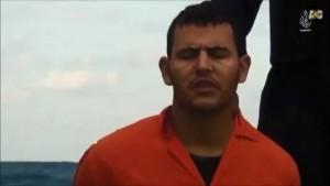 """Bărbatul care a strigat """"ISUS!!!"""" înainte de a fi decapitat. Walid Shoebat spune că toți au spus """"Domnul meu, Isus!"""" la unison înainte de a fi decapitați."""