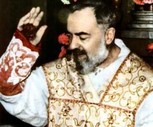 Mâinile stigmatizatului Padre Pio, sângerând în timpul mesei. Acum este mort și mulți oameni se roagă lui, ca să răspundă la rugăciunile lor pentru un miracol.