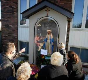 Închinătorii se adună ore întregi în fața statuii care plânge, așteptând ca plasticul și vopseaua să le răspundă la rugăciuni.