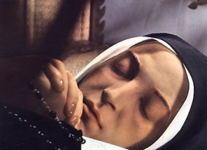 Mâinile Bernadettei sunt acoperite cu ceară. Pur și simplu sunt prea netede. Buzele par să fie date cu ceară sau pictate. Sprâncenele arată mai subțiri decât atunci când a murit Bernadette.
